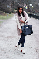 Sofia Nilsson - Jeffrey Campbell Lita Crochet, Mulberry Bag, Daniel Wellington Watch - Fur and shit