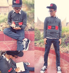 "Aul Howler - Converse All Stars Classic Sneakers, Grey Sweatshirt, Black White Plaid Shirt, Unbranded Hat Labeled ""Youtube"", Common Jeans, Bariho Silver Watch - Everybody Loves Youtube"