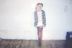 Rachel Lynch - Nasty Gal Black Hat, Blonde Dna Surf Fuck Muscle Tee, Nasty Gal Black And White Fur Jacket, Jeffrey Campbell Human Aliens - LITTLE SURFER GIRL