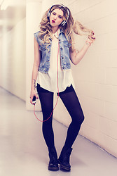 Jessy Gosselin - Dr. Dre Beats Headphones, Vintage Vest, Ya Cami Bought In Florida, Dr. Martens Black - Nothing but the beat