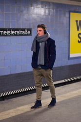 Florian Roser - Club Monaco Blazer, H&M Chino, Strellson Boots, Levi's® Shirt, Sennheiser Headphones - In the Subway