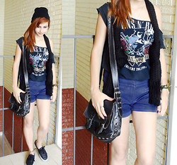 Kamilla Ataide - Prada Bag, Guns N Roses Tshirt, Zara Blue Vintage Short, Vans Checkboard, Ginger - Simply day out.