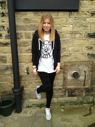 Claire H - River Island Oversized New York City Tee, H&M Velvet Printed Leggings, Nike Lo Blazer - She's Wearing Blazers