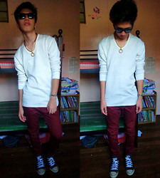 James Mationg - Ray Ban Sunglass, White Sweater, Maroon Pant, Converse All Star Shoes - Wearing sweater in manila is cool!