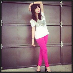 Astrid Baudelaire - Guess? Pink Leggings, Converse White Shirt, Guess? Black Heels - Warm pink