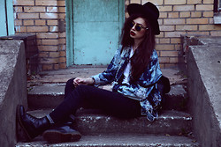 Violet Ell - Levi's® Denim Jacket, Sunglasses, Thrift Store Shirt, Dr. Martens Boots, Thrift Store Hat, Thrift Store Leather Backpack - 22.09.2012