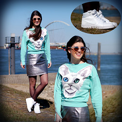 Fashionista Chloë Sterk - Nike Sneakers, H&M Turquoise Cat Jumper - THE CAT ON THE TUQUOISE JUMPER