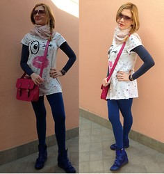 Valeria Arizzi - Tezenis Leggins, Zign Wedge Sneakers, Tezenis T Shirt, Vogue Sunnies - Out of bed 2