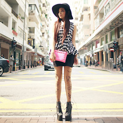 Ceci No7 - No7.Com.Hk Black & White Diamond Print Top, No7.Com.Hk Pink Studded Clutch, Monki Black Hat, Jeffrey Campbell Holy Stud Platform, H&M Jersey Basic, Harajuku Tatoo Legging - What comes easy, goes easy.