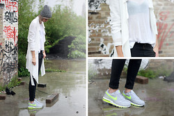 Sietske L - Frontrowshop Trenchcoat, Romwe Mesh Jumper, Nike Sneakers - A rainy day