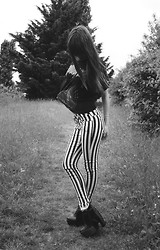 Bee-Kim G. - Black And White Striped Pants - Son ombre est celle d'une croix.