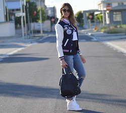 Elisa Taviti - Nike Dunk Sky High, Givenchy Bag, Miss Sixty Ripped Jeans, Oasap Varsity Jacket, Primark Rad Copped Top - VARSITY