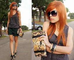 Priscila Diniz - Cavalera Shirt, Cavalera Snake Print Chained Clutch, Cavalera Sunglasses - Chained (giveaway on my blog)