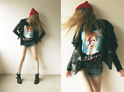Jacqueline Illoz - Budha Khe Rhi David Bowie Tee, Romwe Shorts, River Island Leather Jacket, Steve Madden Boots, Ebay Beanie - Ground control to major tom