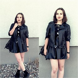 Marta O - Vintage Black Leather Jacket, Mosquito Black Leather Skirt, Oasap Black Tshirt With Stars - Back in black