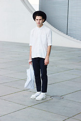 Thibaud G. - Vagabond Leather Sandals, Zara Chinos, Tote Bag, F.R.A.V Shirt, Vintage Hat - White noise