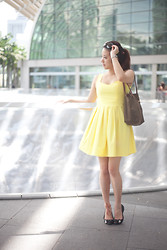 Canria Caselli - Luxurypreloved Summer Yellow Dress, Longchamp Gag, Guess? Leather Flats - Yellow is the color of the sun