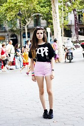 Clara Martín - Zlz Shorts, Illustrated People T Shirt, Shana Sneakers - Barcelona I