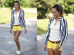 Maria L. - Blanco Blazer, Blanco Blouse, Red Label Shorts, Bianco Shoes - Navy