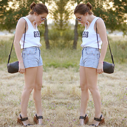 Nat @unmatchafrappe - Sweatershop Uk Shirt, H&M Rounded Sunnies, H&M Bag, Zara Sandals, Levi's® Shorts - Geek