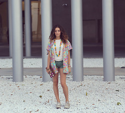 Giulia A. - Converse Sneakers, Eco Mood Clutch, Vintage Shirt - Be Happy, Be Colorful