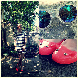 Constance N - H&M Sailor Dress, H&M Mirror Glasses, Marc By Jacobs Mouse Flats - Marc Chéri.