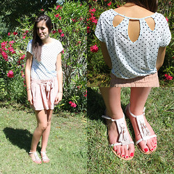 The Camelia - Bershka Dotted Top With Cut Out, H&M Pale Pink Shorts, H&M Sandals With Pompons - Sweet dots