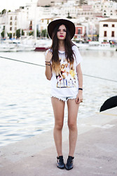 Clara Martín - Eleven Paris Tshirt, Choies Boots, Swaychic Shorts, Primark Necklace, Vintage Hat - DALLAS