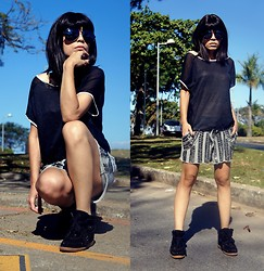 Priscila Diniz - O3 Eyewear Aviator Sunglasses, Shop126 Black Shirt, Shop126 Grey Shorts - Back to basic