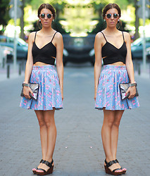 Nat @unmatchafrappe - H&M Sunnies, H&M Cropped Top, Zara Skirt, Oysho Clutch, Zara Wedges - Madrid Streetstyle