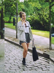Katarina Lilius - H&M Skirt, Weekday Jacket, Monki Tote Bag, Dinsko Boots, Bershka Sweater - AUTUMN OUTFIT