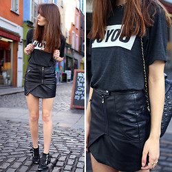 Anouska Proetta Brandon - Edma Voyou Tshirt, Guess? Leather Skirt, Office Boots - Voyou.