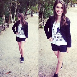 Iasmin Coelho - Myah Shirt, Bem Linda Spencer, Renner Short, Gabriela Sneakers - All you need is love ... and a dog