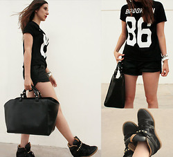 Irene Gm - Zara Brooklin Tshirt, Zara Shopping Bag, Zara Leather Shorts, Zara Black Studded Sneakers - Easy sporty