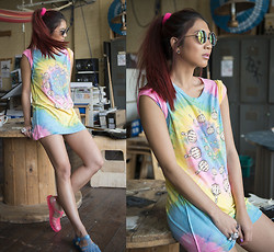 Jessie Khoo - Unif Finger Spiral Tee, Urban Outfitters Peace And Love Sunnies, Lipstick Jellies, Urban Outfitters Mini Bun Ring - Finger Spiral