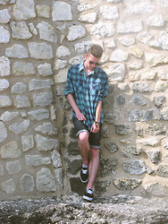 Valentin Bsn - Asos Sunglasses, Shirt From Thrift, Black Short (Cutted, Used To Be A Pant), Vans - Camisetta ! [thedressingv]