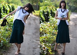 Anna Moore - My Crazy Idea T Shirt, St. Michael Vintage Skirt, Vintage Necklace, Elenka Shoes - Caso di routine