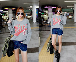 Seung Yeon - Itsmestyle Py 06322 Billy Man To Man T, Itsmestyle Py 06323 Clover Short Denim - Comfy Cozy Casual