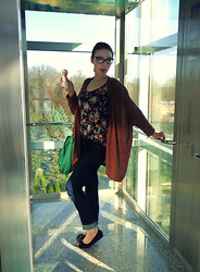 Sofia Loren - New Look T Shirt, Vero Moda Sweater, Levi's® Jeans, New Look Bag, Dolce & Gabbana Glasses - So casual... so sweater!