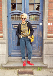 Olina Topsioti - Second Hand Sweaters, Levi's® High Waist Jeans - Haunted door-haunted sweaters