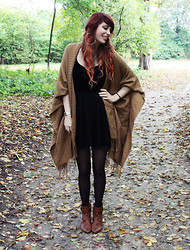 Sarah Lyx - Poncho Cape, H&M Velvet Tulle Dress, Vintage Ankle Boots - Amintiri cu Haiduci