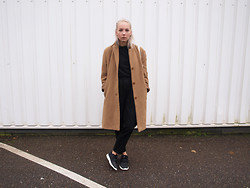 Zoé Hermsen - Vintage Coat, Monki Trousers, Nike Shoes - Black Brown