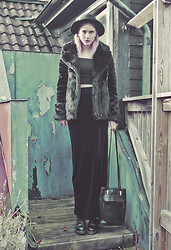 Malin Z - Gina Tricot Coat, Missguided Crop Top, Missguided Velvet Maxi Skirt, Vintage Bag, Dr. Martens Boots - Emerald