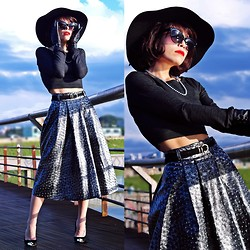 Priscila Diniz - Romwe Black Iron Colored Faux Leather Midi Skirt - Retro futuristic skirt? LOL