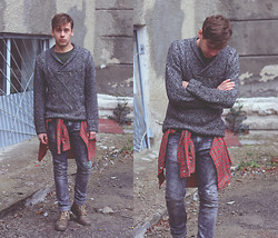 Mykola Hruts - Pull & Bear Knit Grey Sweater, No Brand Vintage Shirt, Zara Grey Acid Wash Ripped Jeans - It's Only Wednesday