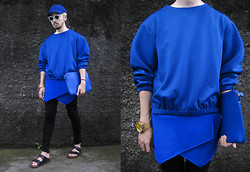 Andre Judd - Viscose Cropped Sweater, Cropped Origamiskorts, Leather Clutch, Angular Visor Cap, Sandals - TRUE BLUE