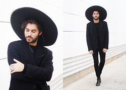 JJ Reyes - Vintage Hat, H&M Blazer, Zara Sweater, H&M Trousers, Vintage Boots - Black Holiday