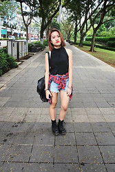 Nisellesmith Soler - High Neck Crop Top, Dr. Martens Dr Boots, Levi's® Highwaisted Levi's Shorts - Walk on the streets