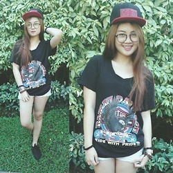 Clau Recreo - Loose Top, Sneakers, Nerdy Glasses - Black and Red