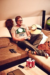 Andy Thaeger - H&M T Shirt, Tommy Hilfiger Jeans, Gant Socks - Gamer Hell Outfit